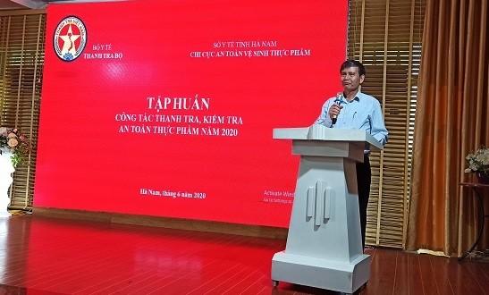 Ông Nguyễn Văn Nhiên - Phó Chánh Thanh tra Bộ Y tế trực tiếp giảng bài tại Hội nghị.
