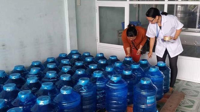 Người trực tiếp sản xuất nước uống đóng chai phải được khám sức khỏe định kỳ hàng năm và được xác nhận đủ sức khỏe để tham gia sản xuất thực phẩm.