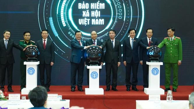 Thủ tướng Nguyễn Xuân Phúc bấm nút công bố ứng dụng 'Bảo hiểm xã hội số' trên thiết bị di dộng. Ảnh: VGP.