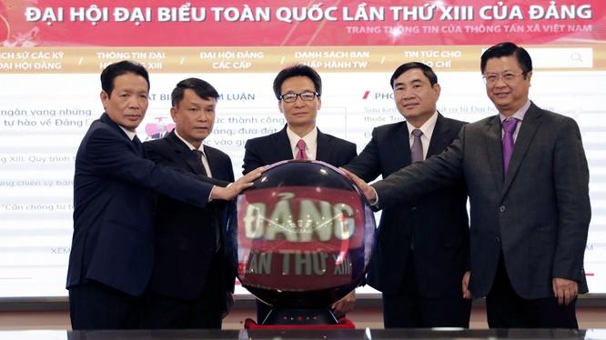 Phó Thủ tướng Vũ Đức Đam, lãnh đạo TTXVN và một số bộ ngành thực hiện nghi thức khai trương Trang thông tin daihoidang.vn.