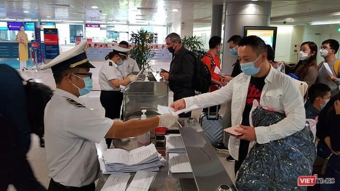 Kiểm dịch quốc tế cho người nhập cảnh tại sân bay Tân Sơn Nhất (Ảnh: M.T)