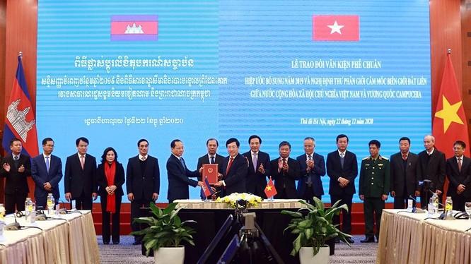 Phó Thủ tướng Phạm Bình Minh trao văn kiện phê chuẩn cho Đại sứ Campuchia tại Việt Nam. Ảnh; VGP.