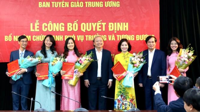 Ông Vũ Quý Cường (ngoài cùng bên trái) và bà Nguyễn Thị Mỹ Linh (thứ năm từ bên trái) nhận hoa và quyết định bổ nhiệm cán bộ