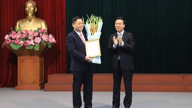 Thường trực Ban Bí thư Võ Văn Thưởng trao quyết định cho ông Nguyễn Trọng Nghĩa.