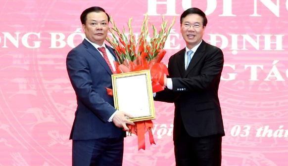 Thường trực Ban Bí thư Võ Văn Thưởng trao Quyết định, tặng hoa chúc mừng tân Bí thư Thành uỷ Hà Nội Đinh Tiến Dũng.