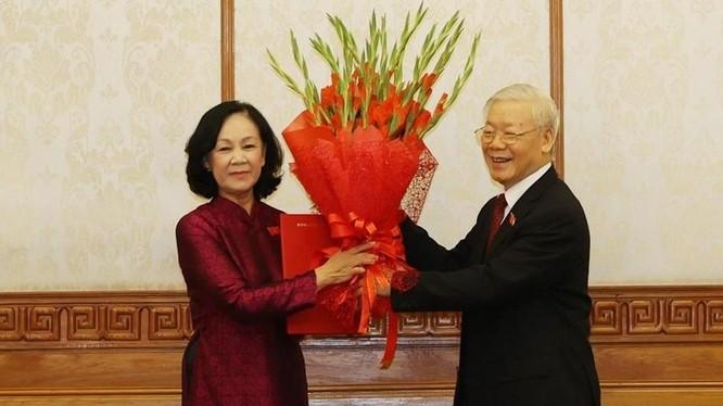 Tổng Bí thư Nguyễn Phú Trọng trao Quyết định của Bộ Chính trị phân công bà Trương Thị Mai giữ chức Trưởng ban Tổ chức Trung ương.