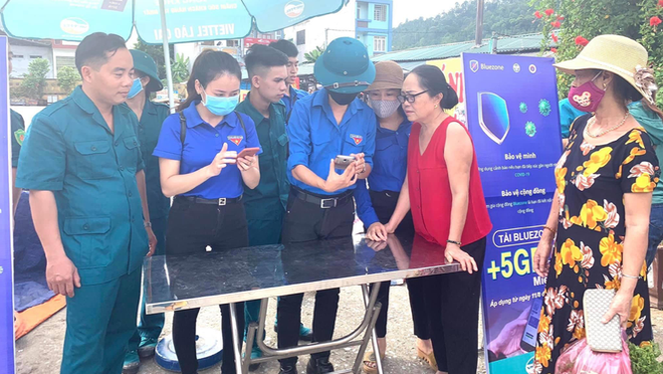 Đoàn thanh niên hướng dẫn nhân dân cài đặt, sử dụng ứng dụng Bluezone.