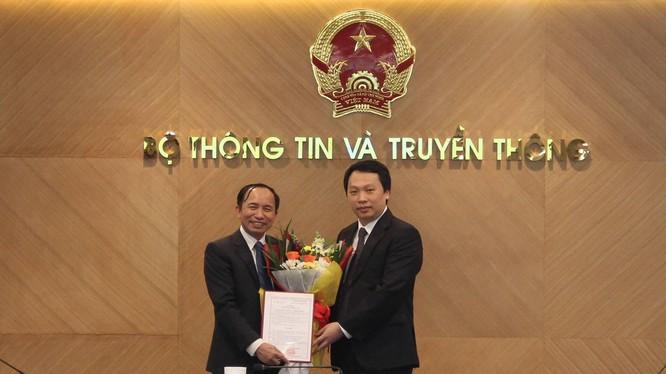 Thứ trưởng Nguyễn Huy Dũng trao quyết định cho ông Nguyễn Trọng Đường