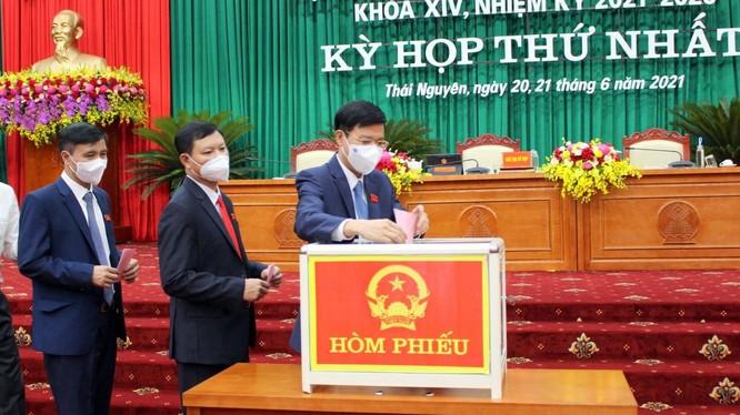 Các đại biểu HĐND tỉnh Thái Nguyên bỏ phiếu bầu các chức danh lãnh đạo HĐND, UBND tỉnh nhiệm kỳ 2021-2026.