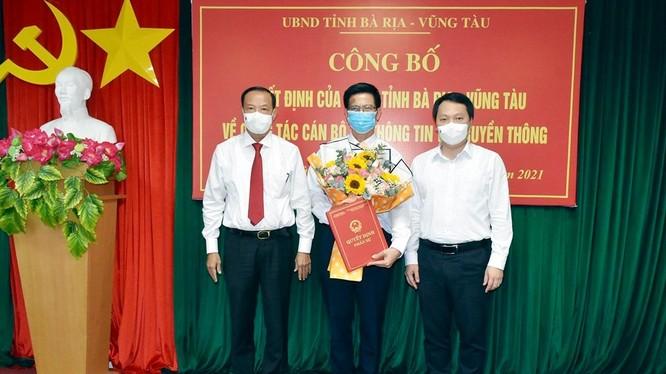 Ông Lê Văn Tuấn (giữa) nhận quyết định phân công chức vụ Giám đốc Sở TT-TT tỉnh Bà Rịa – Vũng Tàu từ ông Nguyễn Huy Dũng - Thứ trưởng Bộ TT-TT (phải) và ông Nguyễn Văn Thọ - Chủ tịch UBND tỉnh (trái).