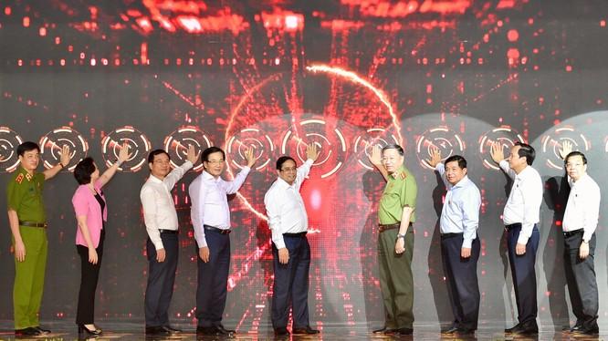 Thủ tướng Phạm Minh Chính và các đại biểu xác thực điện tử, kích hoạt vận hành chính thức hệ thống Trung tâm dữ liệu quốc gia về dân cư và hệ thống sản xuất, cấp và quản lý căn cước công dân.