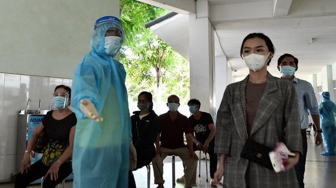 TP.HCM tăng cường tổ chức lấy mẫu xét nghiệm sàng lọc COVID-19 cho người dân. Ảnh Phạm Ngôn.