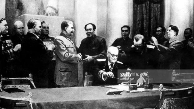 """Mao Trạch Đông cả đời chỉ ra nước ngoài có hai lần và cả 2 lần đều đến Liên Xô. Trong đó, lần đầu tiên là vào tháng 12/1949, Mao Trạch Đông gặp Stalin ký """"Hiệp ước Hữu hảo đồng minh hỗ trợ Trung Quốc-Liên Xô""""."""