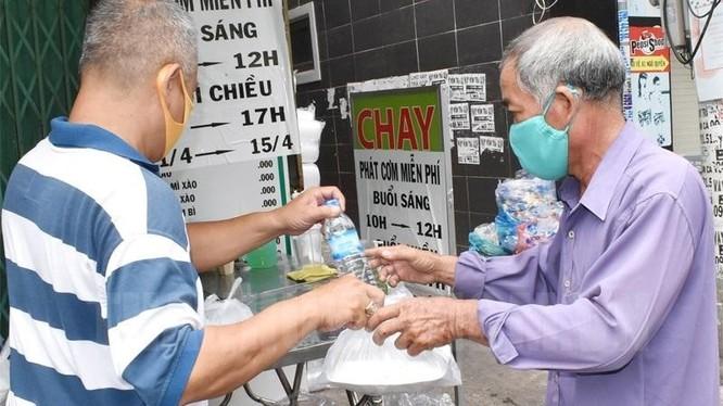Quán cơm chay phát cơm miễn phí cho người nghèo, người lao động tự do gặp khó khăn.