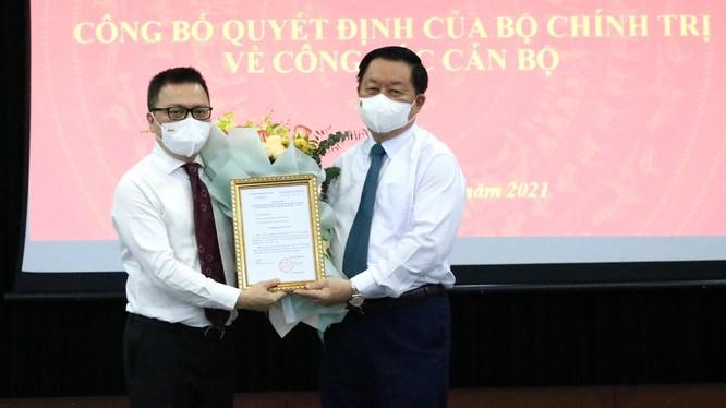 Ông Lê Quốc Minh nhận quyết định và hoa chúc mừng từ ông Nguyễn Trọng Nghĩa.