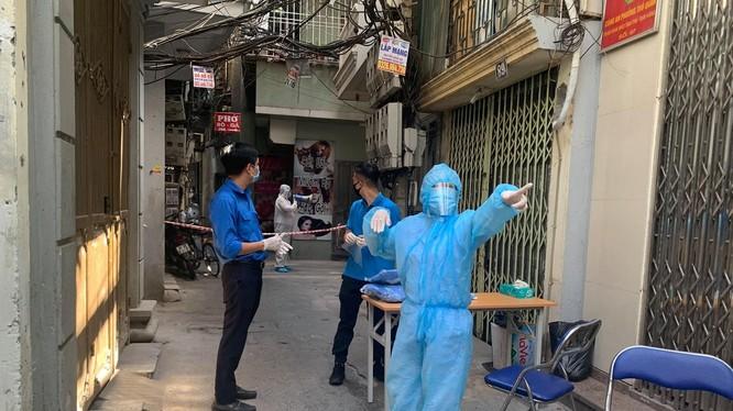 Một điểm xét nghiệm COVID-19 tại ngõ Trung Tả. Ảnh chụp ngày 6/8 - Nguyễn Phan Huy Khôi.