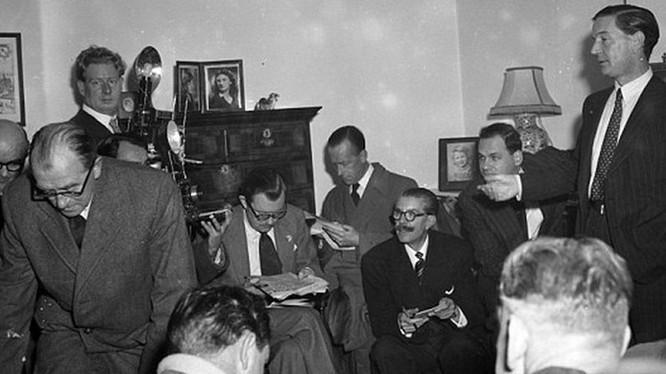 Kim Philby (đứng, bên phải) tại một cuộc họp báo năm 1951 (Ảnh: DailyMail)
