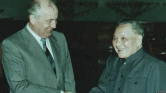 Đặng Tiểu Bình gặp gỡ Gorbachev (Ảnh Tư liệu)