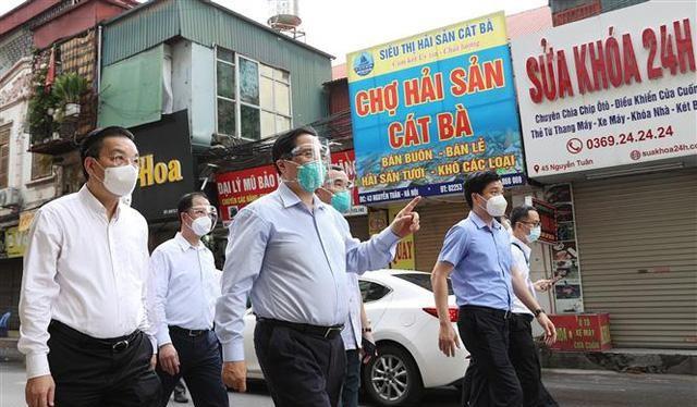 Thủ tướng Phạm Minh Chính kiểm tra đột xuất công tác phòng, chống dịch tại điểm nóng dịch COVID-19 tại quận Thanh Xuân (Hà Nội).