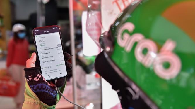 Tài xế tình nguyện của Grab nhận đơn GrabMart của người dân TP. Thủ Đức.