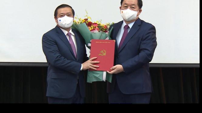 Ông Lại Xuân Môn nhận quyết định và hoa chúc mừng từ Bí thư Trung ương Đảng, Trưởng Ban Tuyên giáo Trung ương Nguyễn Trọng Nghĩa