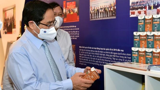 Thủ tướng xem và nghe giới thiệu về một sản phẩm KHCN bảo vệ sức khoẻ.