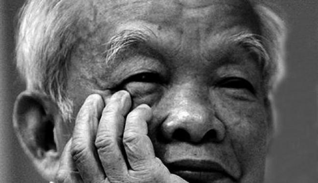 """Nhà văn Nguyên Ngọc - người đứng sau việc trao giải văn xuôi cho """"Nỗi buồn chiến tranh"""" của nhà văn Bảo Ninh."""