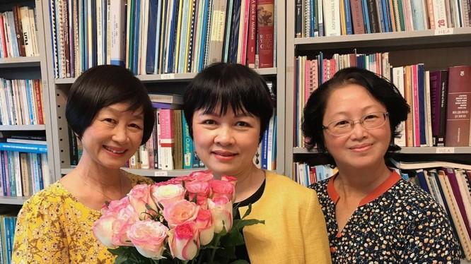 TS Khuất Thu Hồng (giữa)