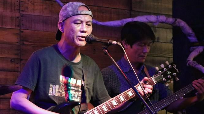 """Nghệ sĩ guitar Cao Xuân Minh chơi tại quán bar """"W2M"""" trong mùa Covid"""