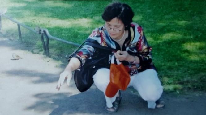 Cô giáo Đỗ Diệu Vân cho chim bồ câu ăn ở Moscow. Ảnh do gia đình cung cấp.