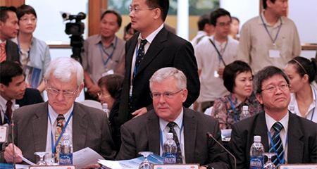 GS Carl Thayer tại Hội thảo Biển Đông lần thứ 2, 2010. Đằng sau ông là TS Vương Hàn Lĩnh, người gây ra phát ngôn tranh cãi rằng Việt Nam là thuộc quốc của Trung Hoa. Ảnh Huỳnh Phan.