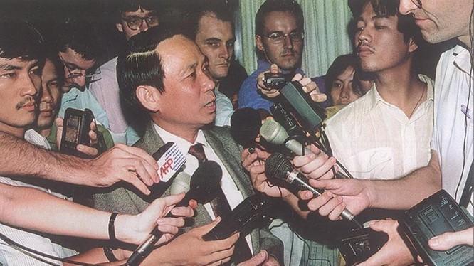 Cố Thứ trưởng Lê Mai trả lời phỏng vấn báo chí. Ảnh Internet