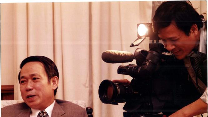 Nhà báo Nguyễn Văn Vinh quay cố Thứ trưởng Lê Mai trước giờ đàm phán. Copyright Nguyễn Văn Vinh