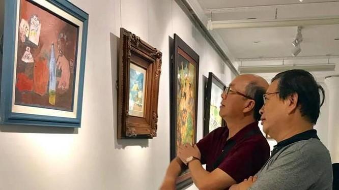 Nguyễn Thiều Quang xem tranh cùng nhà báo Trương Nhuận