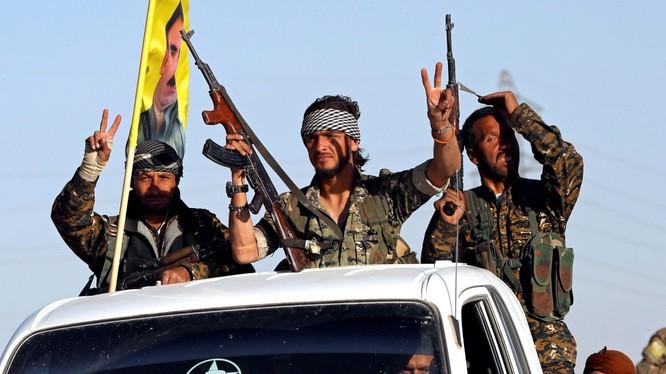 Những chiến binh của lực lượng Dân chủ Syria đã làm dấu hiệu chiến thắng khi đoàn xe của họ đi qua Ain Issa (ảnh: National Interest)