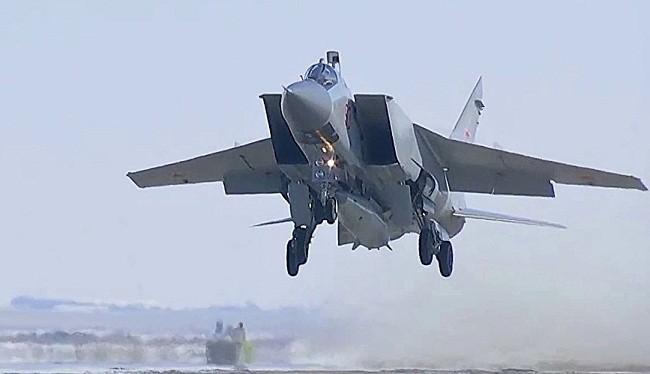 Máy bay tiêm kích đánh chặn tầm xa MiG-31 và tên lửa Kinzhal. Ảnh: Strategic Culture