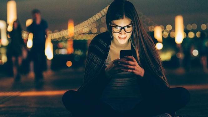 Chỉ liếc nhìn vào điện thoại thôi cũng khiến chúng ta … ngu hơn