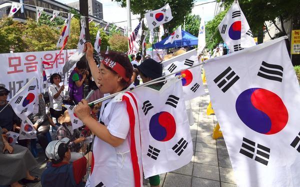 Người Hàn Quốc đang tự hỏi: Liệu các chaebol có nên có quyền lực trung tâm lớn như thế, gắn liền với chính phủ và được lãnh đạo bởi cả thế hệ dòng họ? (Ảnh: AFP)