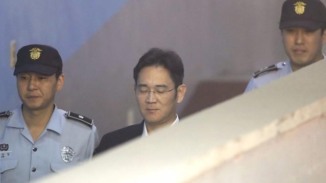 Chủ tịch Samsung, ông Lee Kun-hee, cha của Lee Jae-yong, từng bị cáo buộc hối lộ 2 lần song đều được ân xá (Ảnh: AP)