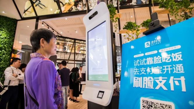 """Một nhà hàng KFC ở Trung Quốc áp dụng công nghệ nhận diện khuôn mặt, cho phép khách hàng """"cười để thanh toán"""". (Ảnh: Venture Beat)"""