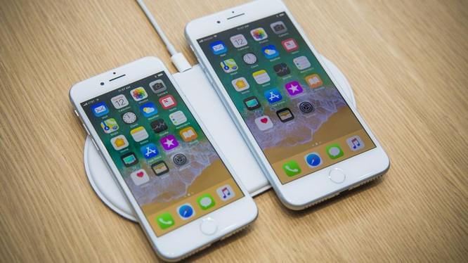 Pin của iPhone 8 thấp hơn pin của iPhone 7. (Ảnh: The Verge)