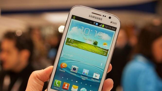 Chiếc điện thoại này là một mẫu Samsung Grand Duos ra mắt năm 2013. (Ảnh: CNET)