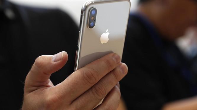 Tim Cook nói rằng nhịn uống cafe Starbucks mỗi ngày, sẽ đủ tiền mua iPhone X. (Ảnh: Phonearena)
