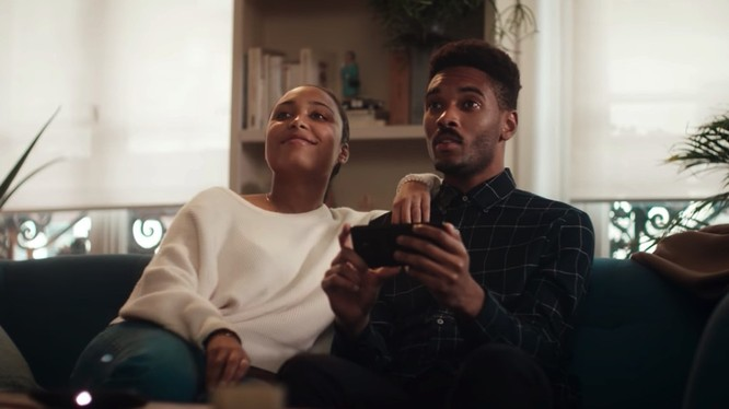 """Motorola đang """"troll"""" cả Apple và Samsung trong quảng cáo của mình (Ảnh: BRG)"""