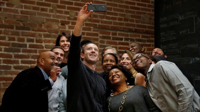 Facebook có vẻ chuẩn bị ra một loạt mã captcha mới chính là bức ảnh selfie của người dùng (Ảnh: Gizmodo)