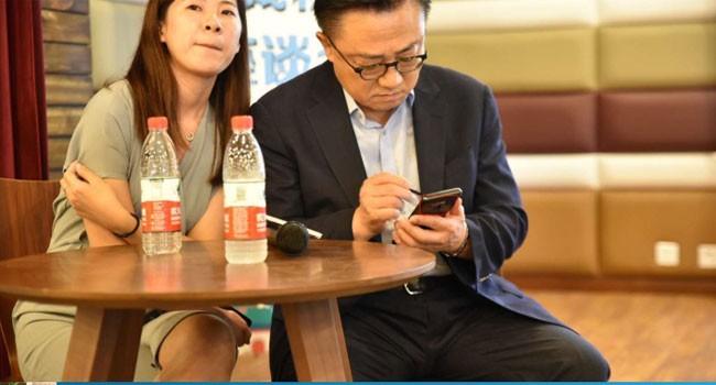 CEO Samsung bị bắt quả tang đang công khai sử dụng Galaxy Note 9 (Ảnh: Sammobile)