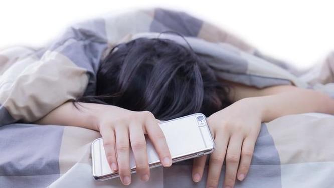 Theo nghiên cứu, Internet tốc độ cao khiến mọi người thường xuyên chơi game, lướt web trước giờ ngủ đã ảnh hưởng lớn đến chất lượng giấc ngủ (Ảnh: Motherboard)