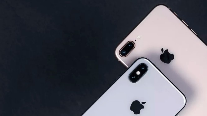 iPhone X (trái) và iPhone 8 Plus (Phải). Đến giờ Apple vẫn chưa gửi giấy mời sự kiện ra mắt iPhone 2018 (Ảnh: CNET)