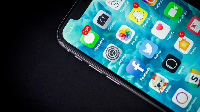 Ngoài khó khăn về màn hình LCD, mức giá rẻ hơn của iPhone XC cũng là một lý do khiến máy khan hàng (Ảnh: Mashable)