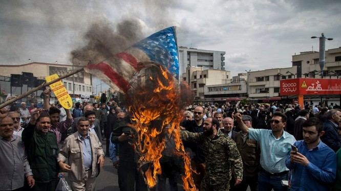 Người dân Iran biểu tình đốt cờ Mỹ (ảnh Reuters)
